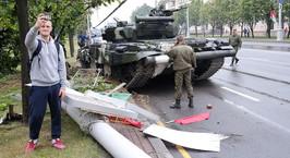 Видео: в центре Минска танк сбил столб и дерево, а прохожий пытался останавливать самоходки