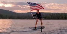 Цукерберг отпраздновал День независимости с флагом и на электродоске для серфинга