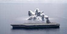 Американцы взорвали бомбу возле авианосца, чтобы проверить его на стойкость